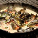 Морские мидии в чесночном соусе.