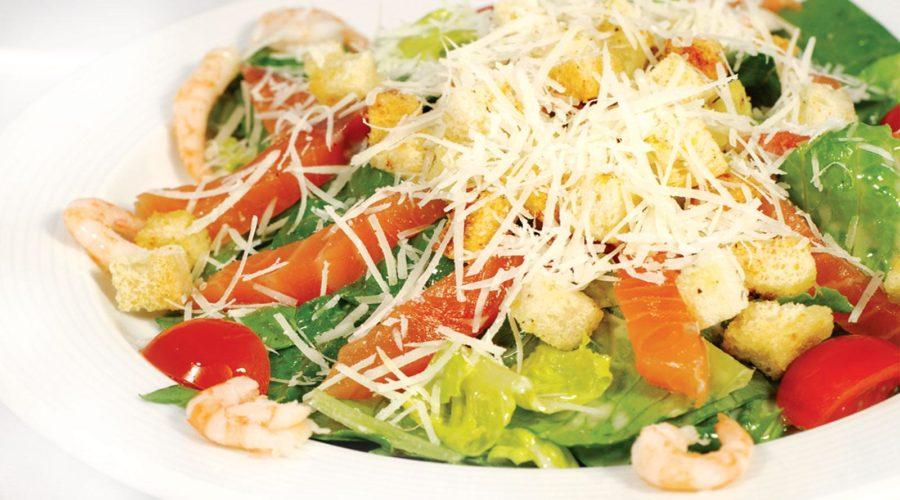 Салат с красной рыбой цезарь